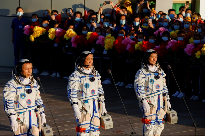 Китай отправил на свою новую космическую базу трех астронавтов