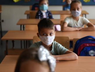 Мэр Риги Стакис считает нормальным  детям носить на уроках маски