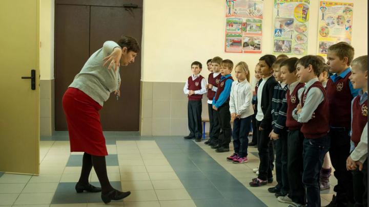 Латвия, принудительное ношение маски, в школах  «Кто в маске, тот лох» или «садомазоторчок от вакцины»,